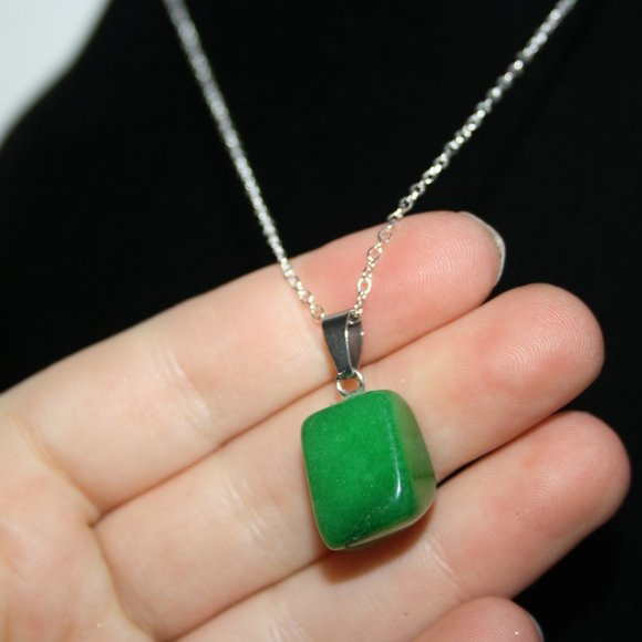 Beautiful green natural stone necklace silver NWoT